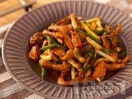 Рецепта Пържени свински филенца (жулиени) от бут със зелен и жълт боб на тиган